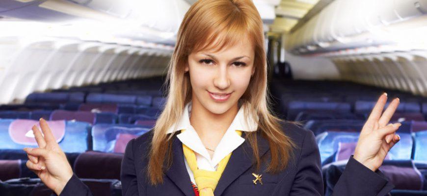 Стюардесса в салоне самолёта