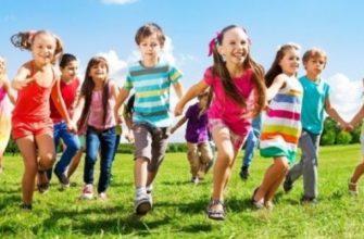Дети бегут по поляне