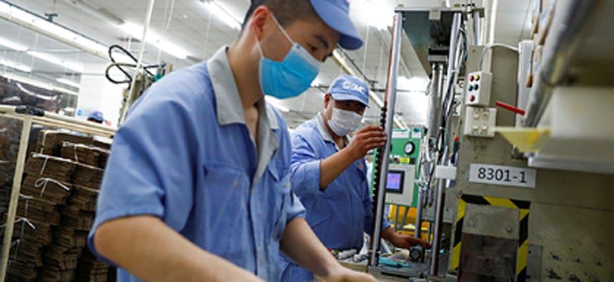 Китайские-рабочие-у-конвейе
