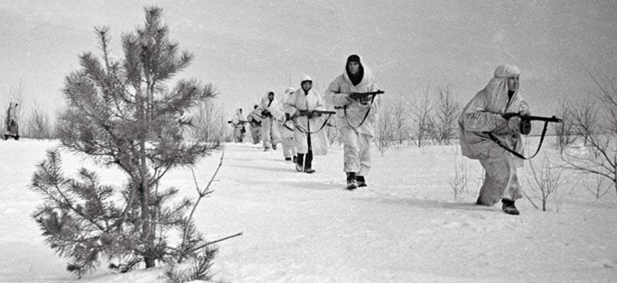 Разведчики идут по снегу