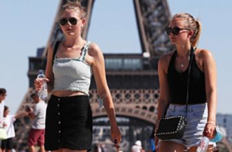 Туристы эйфелева башня