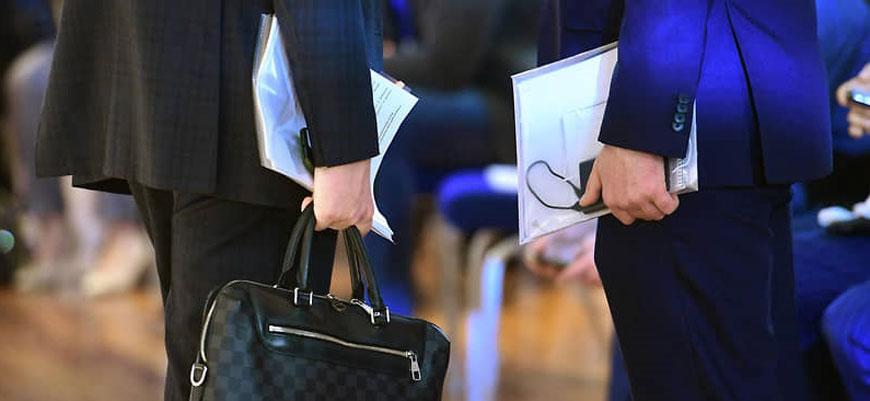руки бизнеса с портфелями и документами