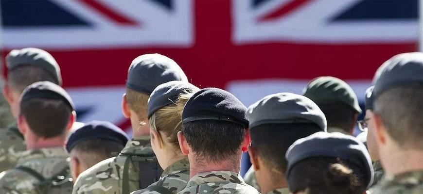 солдаты Великобритании с затылка на фоне флага