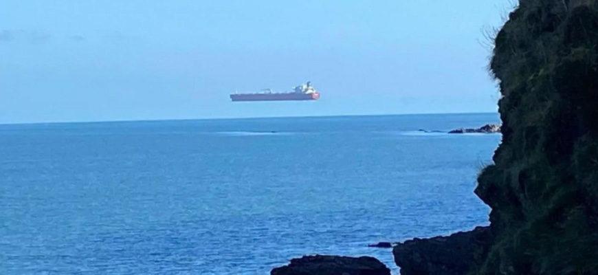 Фото танкера летящего в небе