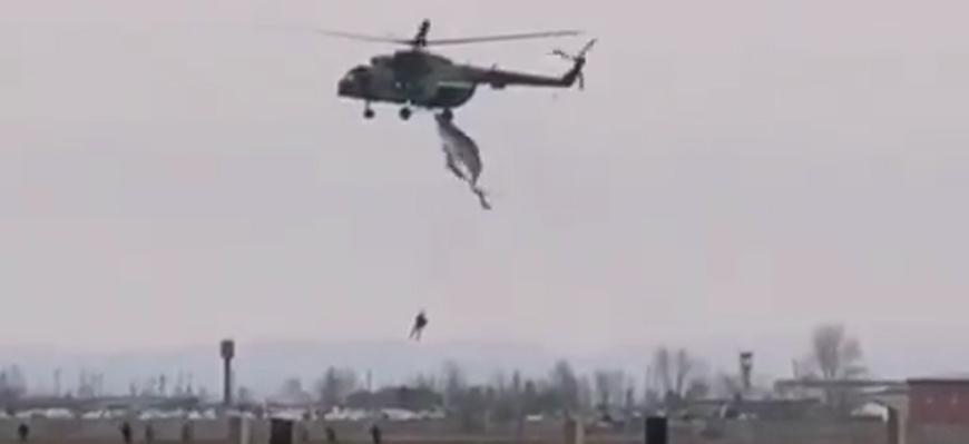 Парашютист зацепился за вертолёт