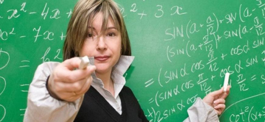 Учитель указывает у доски