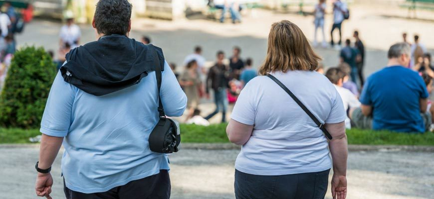 Пара с ожирением в городе