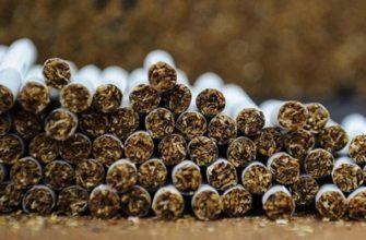 Сигареты лежат поленницей